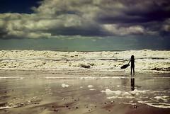 Espritu libre (Sol Z.B.) Tags: ocean sea summer storm beach kids clouds mar surf waves child playa nia nubes verano tormenta olas mardelplata ocano canon500d cielodramtico