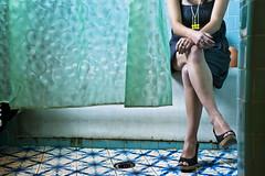 (ivnpourtous) Tags: woman color bathroom mujer legs bao piernas eaf