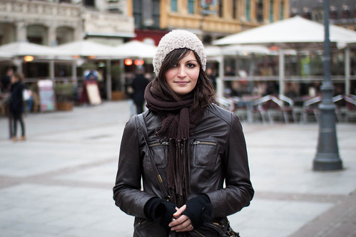 Attraktive Frau beantwortet auf der Straße die Frage wie spricht man eine Frau an
