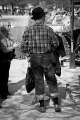 A la pêche aux moules (Sylv Photos) Tags: life street bw paris photography photo still noiretblanc candid jardin scene nb chapeau tuileries rue peche moules homme vie vendome espacesverts sortiephototrend4 sylvaincourant