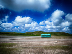 de eenzame container (roberke) Tags: container parking leeg empty sky lucht wolken clouds blauw bleu nature natuur outdoor groen green duinen texel waddeneiland nederland