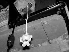 Rafael llavero, en memoria USB (Xic Eseyosoyese (Juan Antonio)) Tags: blanconegro blanco y negro rafael tortuga ninja llavero kinder sorpresa memoria usb stick monocromático netbook dell mini 10 costal de azucar bulto en la tienda miscelanea cables mesa madera nikon memory