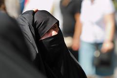 2006.08.09 13.23.36.jpg (Valentino Zangara) Tags: flickr istanbul niqab people sultanahmet turkey