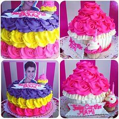 SweetCake y GiantCupcake un regalo sper sweet para alguien especial!! Solo en #sweetcakesstore #lecheria #puertolacruz #venezuela #originalcakes #originalstore #cakes #bakery #cupcakery #cute #delicious #yummy #cake #giantcupcake #justinbieber #roses #pi (Sweet Cakes Store) Tags: justin hoja cakes giant square de cupcakes yummy y venezuela tienda cupcake squareformat hudson rosas crema gigante torta azucar tortas lecheria mantequilla sweetcakes rufles fondatn ponques iphoneography faralados instagramapp uploaded:by=instagram sweetcakesstore sweetcakesve