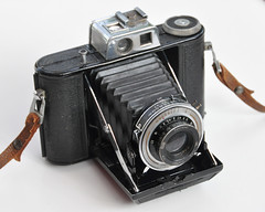 Agilux Agifold (pho-Tony) Tags: camera old uk english 1948 120 6x6 film vintage square is 66 f45 waist 1940s level 1950s british medium format veteran 90mm finder bellows folder croydon agi folding collector 145 9cm agilux agifold anastigmat 6cm photosofcameras waistlevelfinder 6cmx6cm