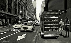 Hot Dog NYC (jfraile (OFF/ON slowly)) Tags: street city ny newyork canon calle taxi ciudad blackdiamond robado vendedorambulante peddling blackwhitephotos canon400d pasisajeurbano mygearandme mygearandmepremium mygearandmebronze mygearandmesilver jfraile javierfraile
