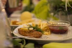 Schnitzel mit Pommes (David Schiersner) Tags: wedding food canon eos 50mm lemon ketchup pommes gabel chips meat hochzeit schnitzel zitrone klos 1100d