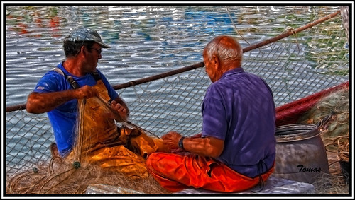 Pescadores arreglando sus redes.              -Fishermen mending their nets.