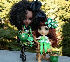 Cree and Rhemy (A Little Fairy Magic/Leezapea1) Tags: clover shamrock stpatricksday potofgold blytheknits jeccifive factoryblythe taylorcouture blythefifthavenue blythette alittlefairymagicbling alittlefairymagiccustom oddprincesscameo