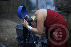 washing her hair and brass coil (ingetje tadros) Tags: colour tourism neck thailand community asia dragon burma refugees tribal jewellery longneck tribes ethnic attraction symbolic beautification maehongson longnecktribe neckring burmeserefugees stretchedneck giraffetribe ingetjetadros
