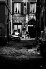 Callejeando por Roma (Leandro Fridman) Tags: street urban bw roma byn dark calle nikon italia urbano d60