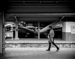Objectif 52 - Semaine 22 : To-do list (cmjart) Tags: gare station train trein bruxellesmidi belgique belgium belgië belgien panasonic panasoniclumixlx7 lx7 noiretblanc personne poeple blackandwhite