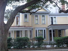 (sftrajan) Tags: stcharlesavenue neworleans mansion architecture frontporch house yard colonialrevivalstyle gable audubonpark 6330stcharlesavenue porch roundtableclub burtheville