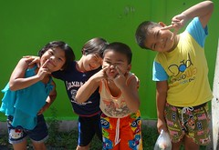 children clowning around (the foreign photographer - ) Tags: dscaug212016sony four children poses khlong thanon portraits bangkhen bangkok thailand sony rx100