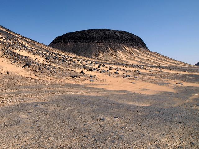 <p>火山の溶岩石がつくる、不思議な黒砂漠の風景。</p>