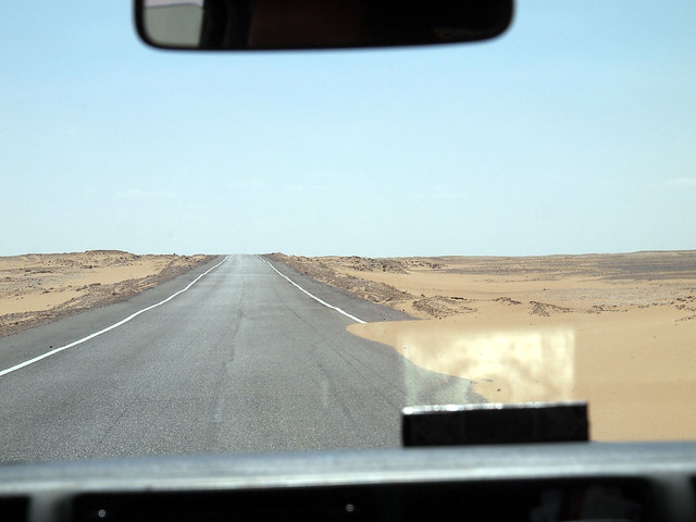<p>えんえんと続く砂漠ロード。<br/>ダッシュボードの上のコーランが、光を反射してきれいだった。  </p>