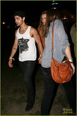 joe-jonas-blanda-coachella-couple (joe jonas <3 girlfriend) Tags: ca usa sexy hat fashion couple legs style americanflag dating coachella shorts indio headband jolanda tanboots coachellamusicfestival blackjeans whitetanktop joejonas blandaeggenschwiler