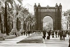 Arc del Triomf, Barcelona (PakoGONZO) Tags: barcelona people bw monument born bcn catalonia tourists bn catalunya catalua turistas arcodeltriunfo eixample ensanche arcdeltriomf arcdutriomf turisticpoint visitbarcelona places2visit