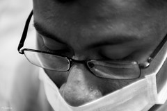 Concentracion (sierramarcos14695) Tags: quetzaltenango guatemala cuno cunoc usac rokkor mc minolta sony a58 universidad monocromatico retrato blanco y negro hombre lentes gafas quirurgico practica medicina escuela