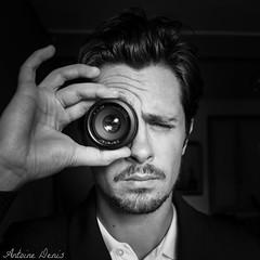 Autoportrait // Cyclops (tione76) Tags: autoportrait nb bw black white portrait noir blanc monochrome tione76 nikon d53007 contrast contraste objectif camera lens appareil main verste costume