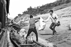 Laos - Mekong (luca marella) Tags: people bw white black film water river boat blackwhite asia voigtlander bessa pb bn e bianco nero analogic marellaluca