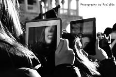 Venezia al tempo del Tablet ... (PaoloBis) Tags: venice bw white black reflection veneza photography lights luces blackwhite nikon fotografie photographie technology shadows ombre getty luci luzes fotografia venise venecia venezia reflexion schatten blancas sombras schwarz bianconero pretas negras reflexin lumires gettyimages tecnologia ombres fotografi technologie llums riflesso tecnologa blanches weis reflexo noires rflexion brancas d90 vencia  blan