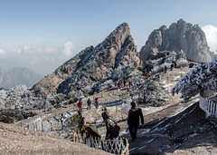 HFF! The Yellow Mountain / Mount Huangshan in Winter Garb, China (UNESCO world heritage site) (Maria_Globetrotter) Tags: world china travel winter people mountain mountains heritage tourism yellow canon fence landscape happy one major carved site vinter frost december day avatar steps chinese frosty tourist unescoworldheritagesite unesco worldheritagesite list friday  eastern chinas kina cina province cultural chine 2012 weltkulturerbe huangshan whs patrimoine landskap anhui destinations  worldheritagelist welterbe kiina  kulturerbe chiny patrimoniodelahumanidad in 650d 1585 werelderfgoed  vrldsarv heritagelist werelderfgoedlijst verdensarven   hungshn    mariaglobetrotter  wderbe vrldsarvslista