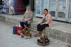 country ladies selling sweetness (the foreign photographer - ) Tags: road ladies thailand bangkok country honey selling bangkhen phahoyolthin