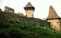 031_Nevicke_1992 (emzepe) Tags: 1992 nyr jlius krptalja krptaljai ukrajna zakarpattia oblast ukraina   zakarpatska  regiunea subcarpatia ukraine  ukrayina  kirnduls szervezett  nevicke vr vra burg chateau castle   nevickei vrfal bstya rook wall mauer bastion