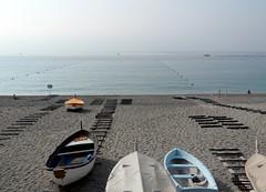 la spiaggia di primo mattino (fotomie2009 OFF) Tags: beach spiaggia spotorno liguria ponente ligure riviera italy italia sea mare boats barche