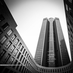 - empire - (FRJ photography) Tags: allemagne rpublique fdrale dallemagne rfa deutschland bundesrepublik brd francfortsurlemain frankfurt am main ville city architecture square carr ciel sky skyline skyscraper tour grateciel gratte urbain urbanisme immeuble building panorama fentre fentres window windows minimaliste minimalist contemporain contemporary old house central btiment gratteciel complexe immobilier extrieur bw nb blanc black blackandwhite noir white noiretblanc et monochrome horizon infrastructure structure pont star wars coruscant minimalisme fond gomtrique