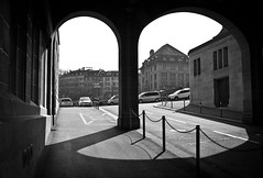 arches (gato-gato-gato) Tags: street leica city bw white house black building blanco monochrome architecture digital schweiz switzerland flickr noir suisse strasse zurich negro streetphotography haus rangefinder april architektur monochrom zrich ostern svizzera rathaus altstadt sonne weiss zuerich blanc manualfocus gebude schwarz innenstadt onthestreets m9 lindenhof zri sviss  zwitserland montag ostermontag isvire zurigo nachmittag manualmode zueri strase urbanstructures hochschulen   kreis1 messsucher manuellerfokus gatogatogato leicam9 leicasummiluxm35mmf14 gatogatogatoch wwwgatogatogatoch