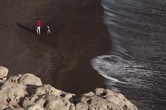 Adis a las olas sobre arena negra de volcanes pasados. Fuerteventura, Islas canarias. (www.rojoverdeyazul.es) Tags: ajuy fuerteventura isla islas canarias canary islands espaa spain autor lvaro bueno playa beach arena sand ola wave padre hijo father son