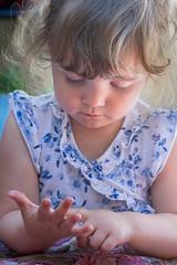aprentissage... (G.NioncelPhotographie) Tags: fillette portrait douceur enfant doigts