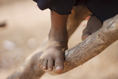 (andrearacydop) Tags: venezuela guajiros guajira maracaibo zulia wayuu foots foot portrait retra retrato tree colorfull color toes poor kid kids nios outside outdoors people personas blur boy nails shoes documental daylight daytime deep wild