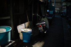 (noji-ichi) Tags: leica light shadow japan 35mm tokyo cub alley voigtlander super  nostalgic  nokton  m9    leitz