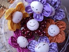 Flores para colorir o dia... (Atelier da Ju) Tags: flores fuxico tecido