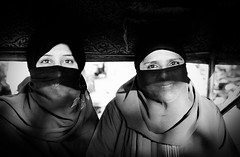 (Sbastien Pineau) Tags: street girls portrait blackandwhite bw india blancoynegro film smile smiling analog women noiretblanc retrato taxi piercing scan portraiture scanned chicas sonrisa muslims mujeres sourire jaipur filles rajasthan femmes argentique inde analogic burka sonreir pellicule chador sourir tchador musulmanes  musulmanas argntico sebastienpineau