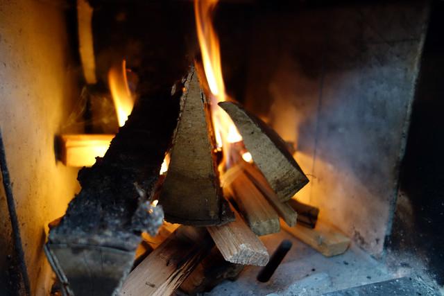 薪ストーブの火付けを行う