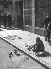 Compartiendo migajas (Gonzak) Tags: people blanco uruguay calle gente negro centro palomas montevideo hombre vereda gettyimages indigente muletas testimonio 2013 18dejulio pordiosero iphone5