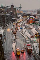 A Very Grey January Morning @ 08:33 a.m. (ZoeEnPhos) Tags: stockholm snow winter january cars headlights street cityscape sverige canonef70200mmf28lisusmii canoneosm3 sl busses trafic bilar biltrafik rdljus streetlights details