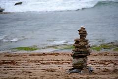 Un pequeo altar annimo a los pies de la playa (Inushin) Tags: barrika playa beach nikon d5200 nikond5200 rocas rock summer verano