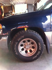 2000 GMC Sierra 2wd  stock ride height before the lift (jases10) Tags: that 2000 suspension body quality wheels stock it tires 17 even after they states putting rims silverado gmc heres though recommend 3spindleliftonthefrontthebacknowsitsaboutahalfinchlowerthanthefrontsogotsomeaddaleafscomingthespindleliftpushesthefrontwheelsoutappox112inchesstillabletorun16