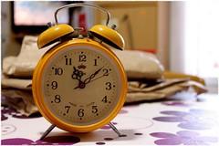tiempo** (PequeñaMims) Tags: clock yellow table time amarillo hour hora reloj 1855mm mesa tiempo canoneos1100d