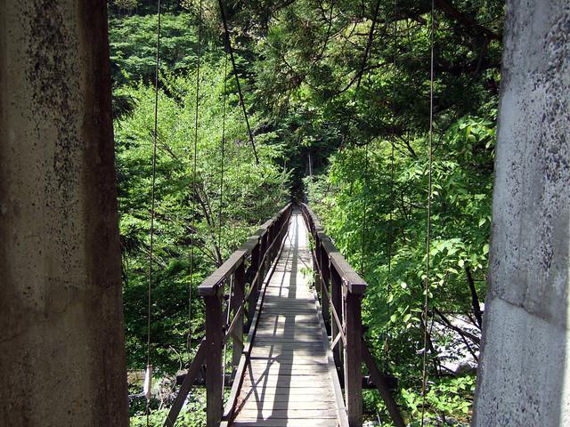 この吊り橋から登山コースがスタートします。|尾白川渓谷