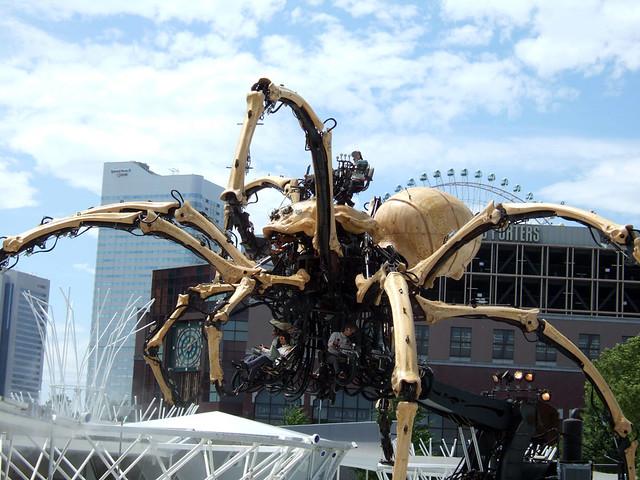 いよいよ「ラ・マシン」による高さ12mの巨大クモ「ラ・プラン。|