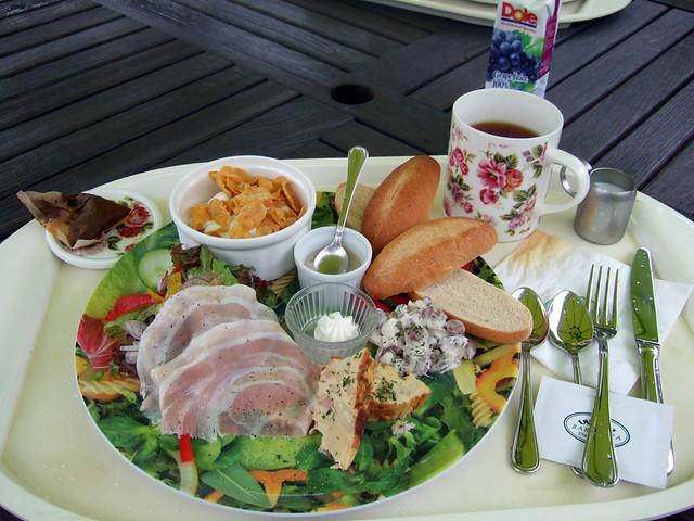 さて、そろそろ朝食にします。|蓼科高原バラクライングリッシュガーデン