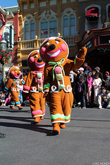 Mickey's Once Upon A Christmastime Parade (disneylori) Tags: christmas mainstreet disney parade disneyworld characters wdw waltdisneyworld magickingdom mainstreetusa gingerbreadmen disneycharacters disneyparade disneyworldparade mickeysonceuponachristmastimeparade nonfacecharacters waltdisneyworldparade