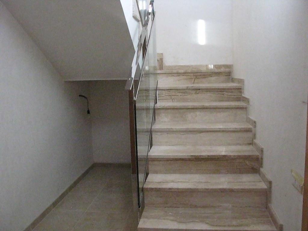 escalera venta de casa de obra nueva cerca de barcelona llinars del