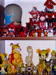 Display toys rouge et jaune. Aout 2016. (AGUILA81) Tags: toys arttoy jouet figurine artoyz medicom qee bearbrick berbrick collection collectible color couleur